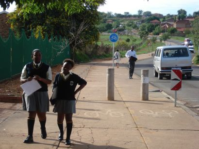 learners walking to school: pic by Brett Eloff