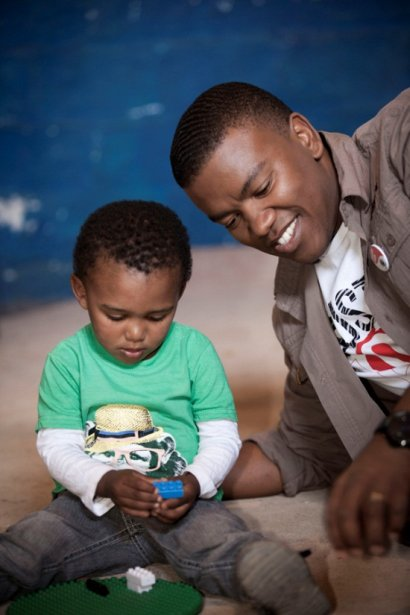 Loyiso visits a Fairtrade funded crèche (Photographer: Sydelle Willow Smith)